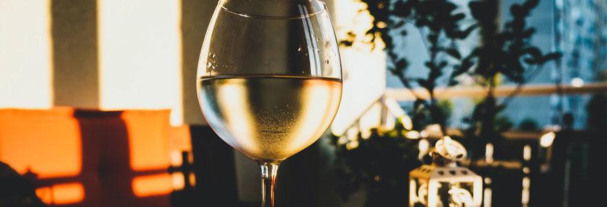 Verre de vin blanc en train d'etre servi